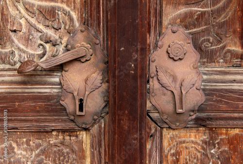 Fototapeta maniglia e serratura di un portone della vecchia chiesa parrocchiale di Gries (B
