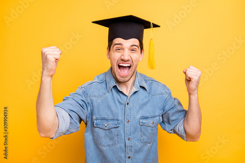 Photo Photo of trendy stylish cheerful man rejoicing in graduating from university scr
