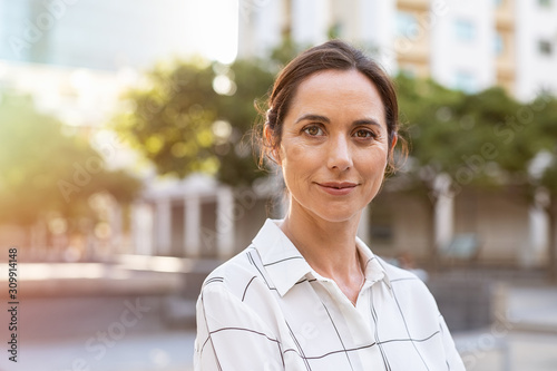 Foto Successful mature woman looking at camera