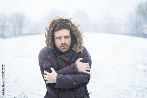 Man wearing warm clothes freezing in the snow Tablou Canvas