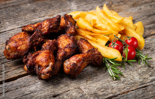 Photo  Roasted Chicken with French Fries on the wooden table