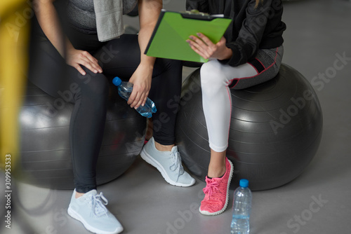 obraz PCV Personal trainer guiding sports woman