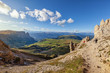 Südtiroler Alpen: Wanderer an der Rosszahnscharte mit Blick auf die Seiser Alm und den Schlern