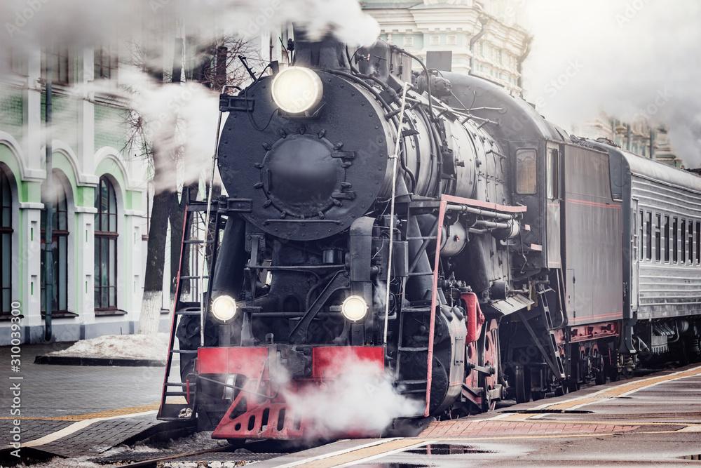 Fototapeta Pociąg parowy odjeżdża z dworca kolejowego, Moskwa - obraz na płótnie