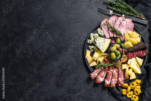 Photo Typical italian antipasto with prosciutto, ham, cheese and olives
