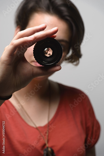 Photo young woman with photographic lens