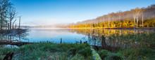 Herbst Im Müritz Nationalpark, Stiller Kleiner See Mit Morgennebel Umgeben Von Buntem Wald