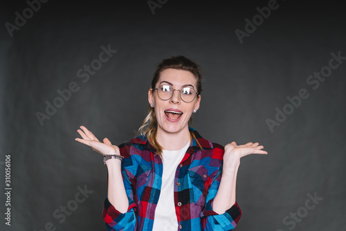 Photo Surprised beautiful woman with raised hands