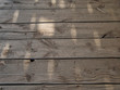 Unbehandelte Holzbalken auf einer alten Veranda