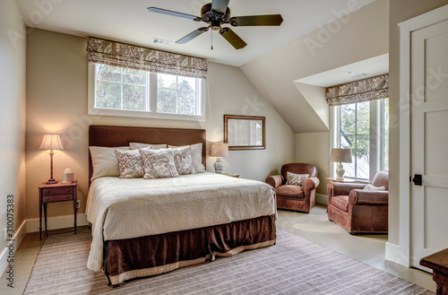Photo Beautiful luxurious upstairs bedroom with ample windows and leather furniture