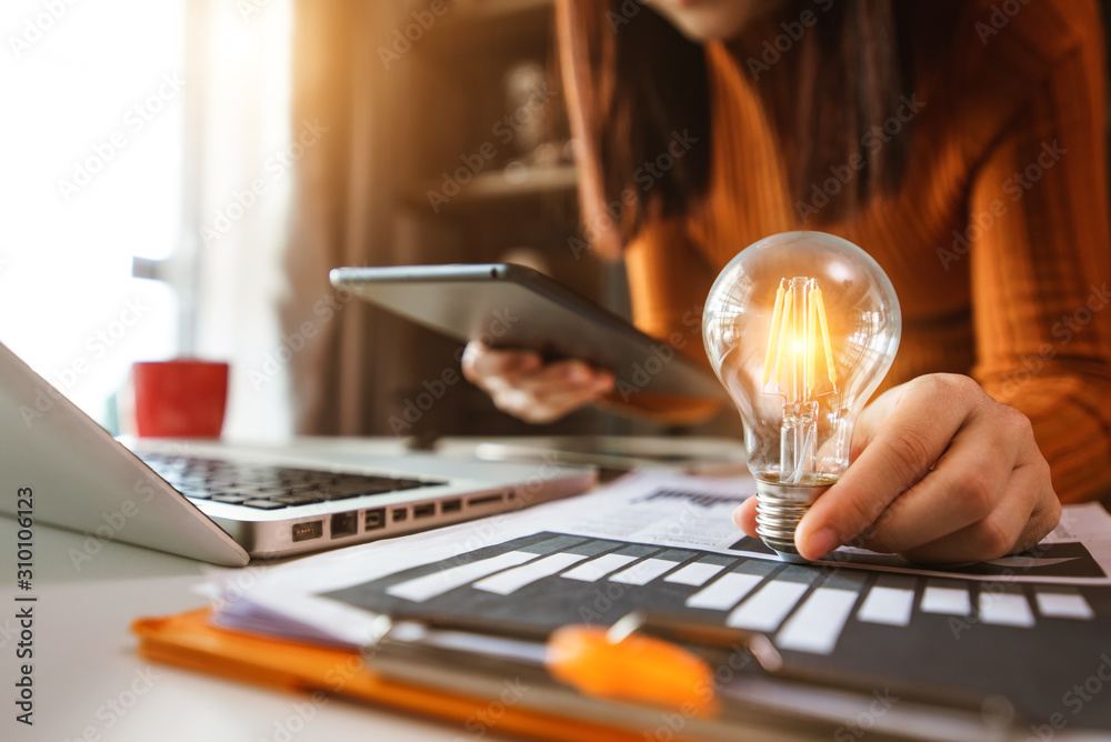 Fototapeta business hand showing creative business strategy with light bulb as concept