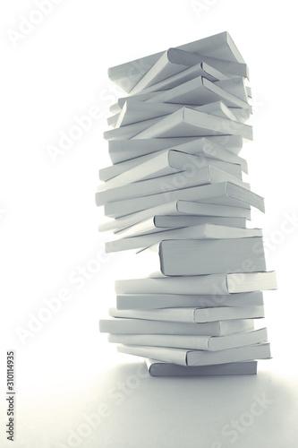 積み重ねた白い本とノートパソコン Wallpaper Mural