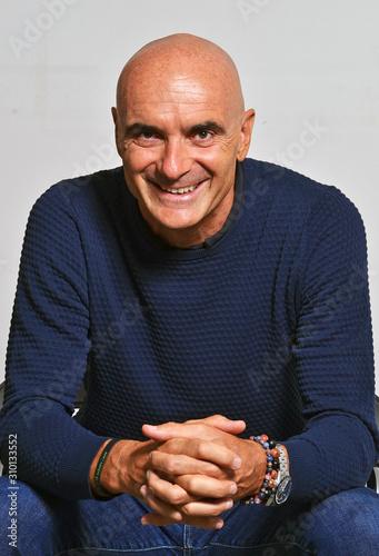 Fotografie, Obraz Hombre optimista sentado en una silla.