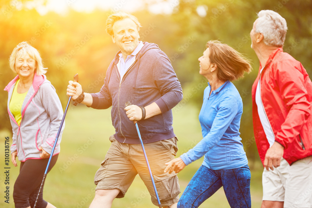 Fototapeta Senioren wandern gemeinsam auf Wanderung