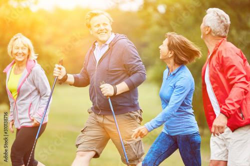 Senioren wandern gemeinsam auf Wanderung