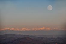 Il Tramonto Sulla Catena Di Montagne Con La Luna Piena