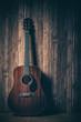 Akustikgitarre vor Holzhintergrund