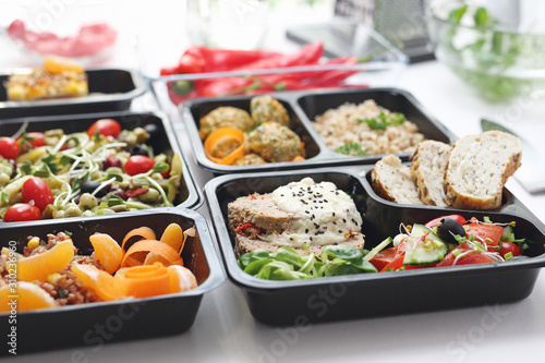 Fototapeta Catering. Meal prep. A meal in a box. A healthy box diet. obraz