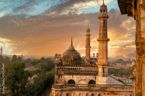 Photo  domed roof and towers of Asfi mosque shot at sunset