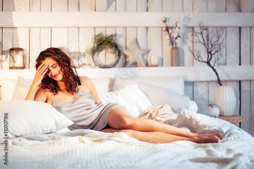 Fotografía young pretty woman in bed at morning cozy interior, lifestyle people concept