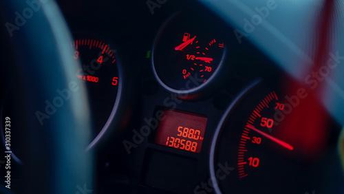Fotomural combustible tanque lleno, full oil tablero de automovil