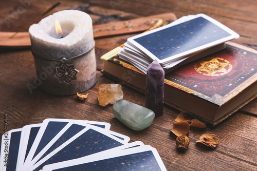 Foto Fortune-telling tarot cards and magic accessories