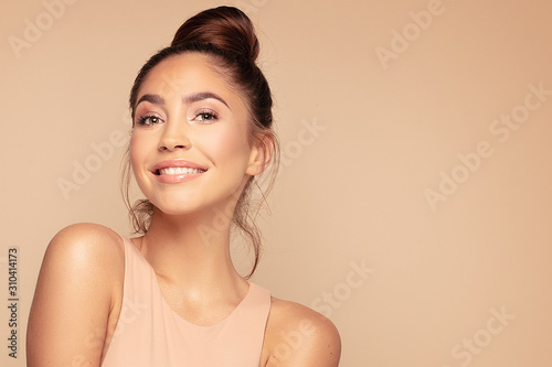 Fototapeta Smile beautiful brunette woman. obraz