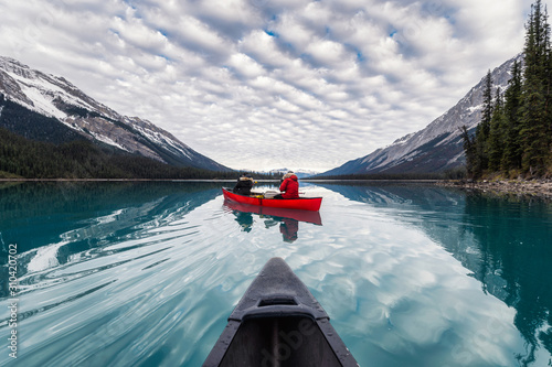 Photo Traveler canoeing on Maligne lake with canadian rockies reflection in Spirit Isl