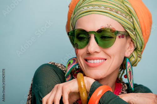 Fotografía Beautiful woman with a turban on her head, fashion earrings and a bracelet