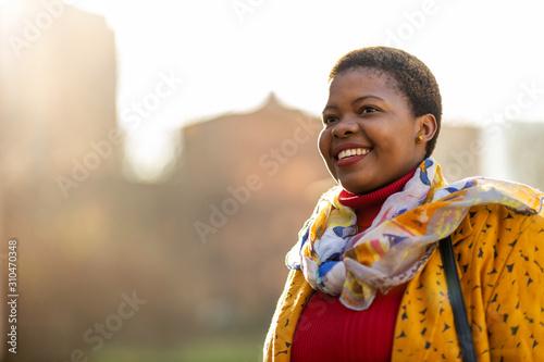 Obraz Afro american woman in an urban city area - fototapety do salonu