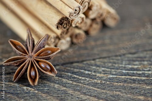 Photo cinnamon sticks and anise on a wooden background