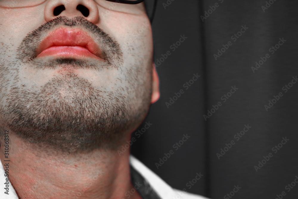 Fototapeta 無精髭を生やしたハンサムな学生のセクシーな唇