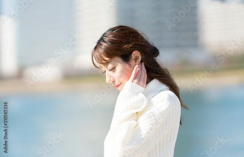 Obraz 考える女性 冬 屋外 微笑み - fototapety do salonu