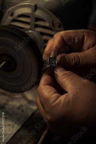 artesano anillo manual trabajo pulir Wallpaper Mural