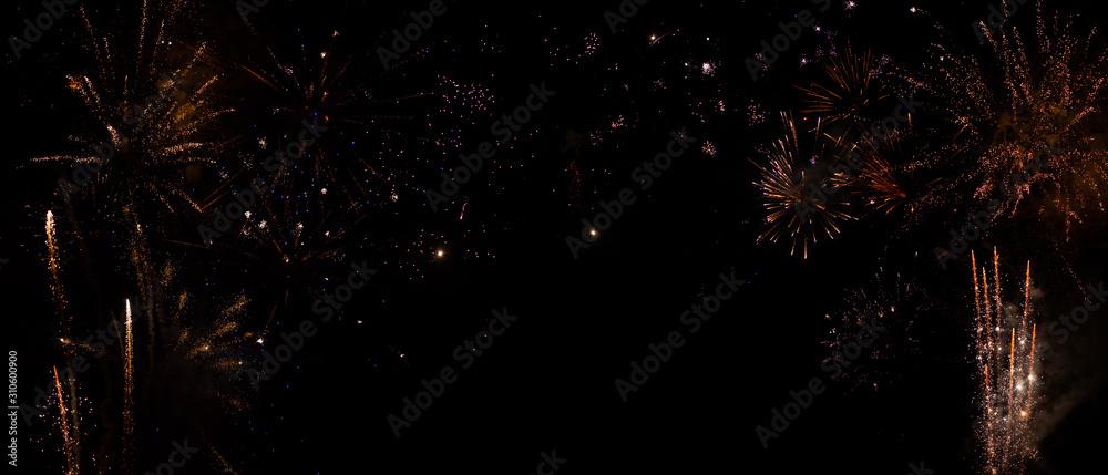 Hintergrund mit Feuerwerk am schwarzen Himmel für Silvester und Neujahr