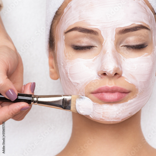 Fotografía Woman receiving facial mask at beauty salon