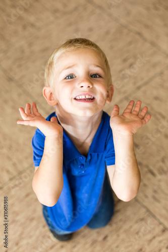 Obraz na plátně  Kleiner Junge hebt abwehrend die Hände