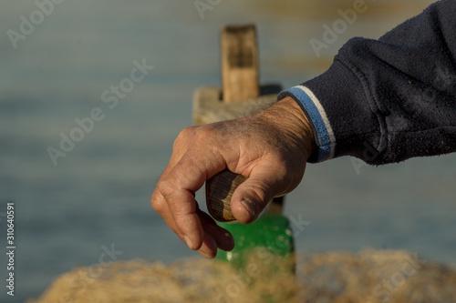 Photo barquero utiizando la caña de timón