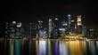 Centre financier de Singapour avec les reflets sur le fleuve