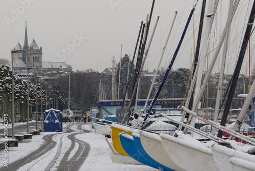 Jour de neige dans le port de Genève Fototapet