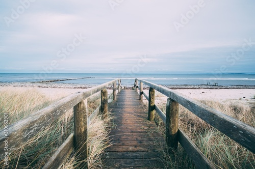 Photo Beautiful scenery of a wooden pathway leading to the beach for a relaxing day