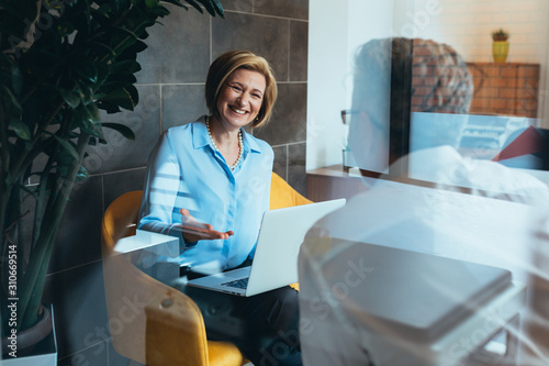 Fotografía businesspeople talking in modern office