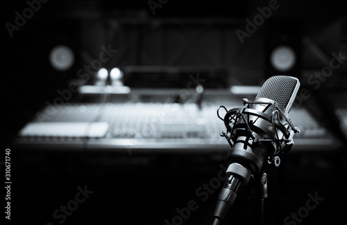 Papel de parede black and white condenser microphone in recording studio