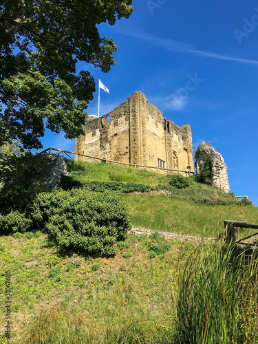 Photo Old Castle in Surrey, UK on a green mound