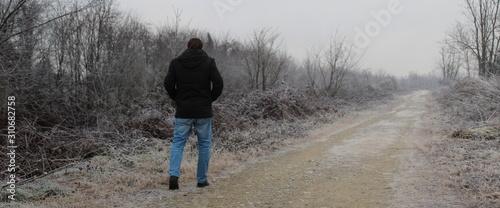 Passeggiare sul sentiero in inverno - solitario Canvas Print