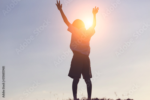 Fotografía  kid silhouette,Moments of the child's joy. On the Nature sunset