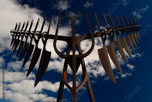 Photo Morning sun on Spirit Catcher sculpture in Barrie Ontario against a blue sky wit