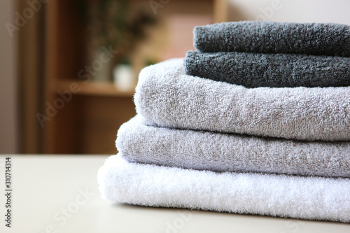 Fotografia  a stack of fresh towels on the table.