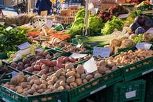 Obst- Und Gemüsestand Mit Fri...
