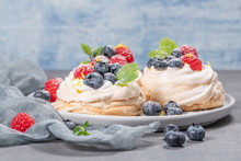Mini Pavlova Meringue Cakes Wi...